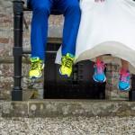 bruidspaar-trouwschoenen-creatieve-bruidsfotografie-sportschoenen