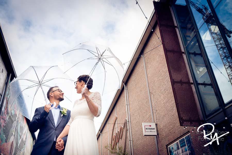 trouwfotograaf eindhoven paraplu creatief trouwen