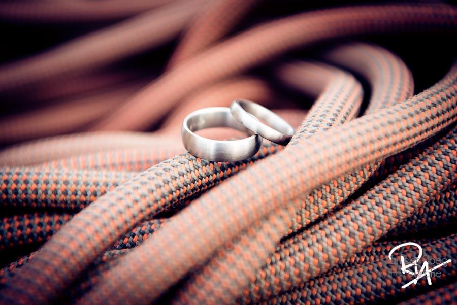 trouwfotograaf fotograaf ringen trouwringen klimtouw waalre